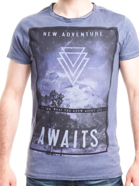 Niebieski t-shirt męski z nadrukiem NEW ADVENTURE AWAITS                                  zdj.                                  4