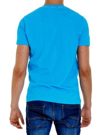 Niebieski t-shirt męski z nadrukiem i napisem ONE                                  zdj.                                  2