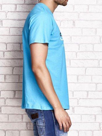 Niebieski t-shirt męski z nadrukiem napisów i cyfrą 9                                  zdj.                                  3