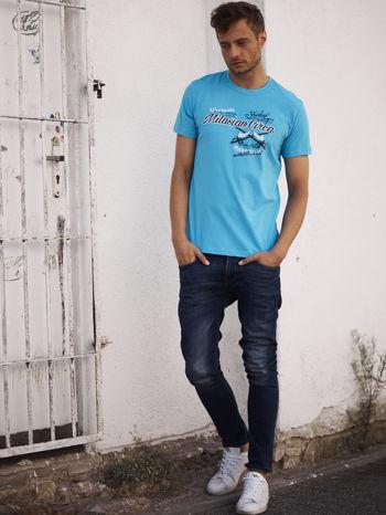 Niebieski t-shirt męski z nadrukiem napisów w sportowym stylu                                  zdj.                                  6
