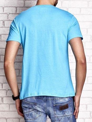 Niebieski t-shirt męski z napisami i kotwicą                                  zdj.                                  2