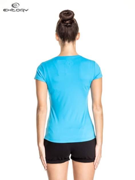 Niebieski t-shirt sportowy z dekoltem U                                  zdj.                                  4