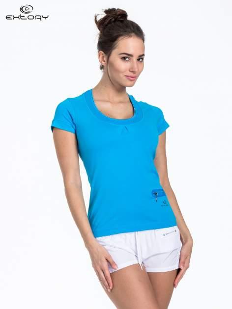 Niebieski t-shirt sportowy z kieszonką i ozdobnym dekoltem