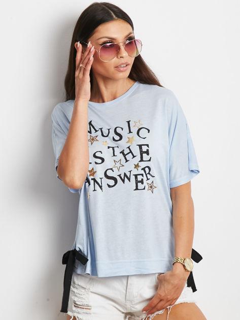 Niebieski t-shirt z delikatnym tekstowym nadrukiem i kokardkami
