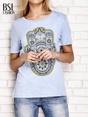 Niebieski t-shirt z egzotycznym nadrukiem dłoni i wycięciem na plecach                              zdj.                              1