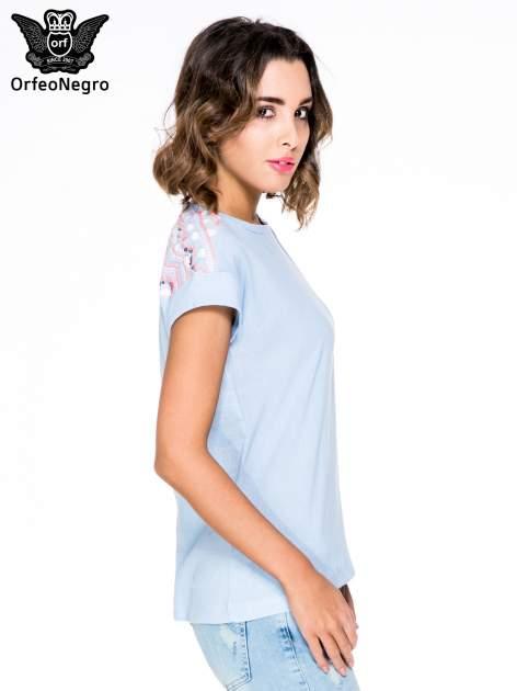 Niebieski t-shirt z haftem na plecach zdobionym cekinami                                   zdj.                                  3