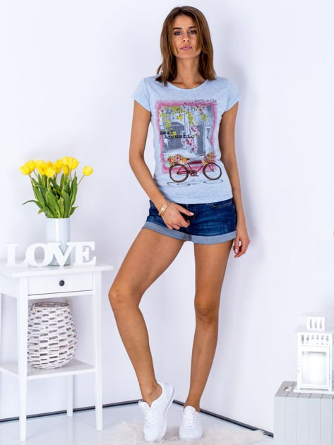 Niebieski t-shirt z kolorowym nadrukiem                              zdj.                              4
