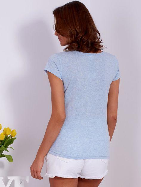 Niebieski t-shirt z kolorowymi napisami                              zdj.                              2