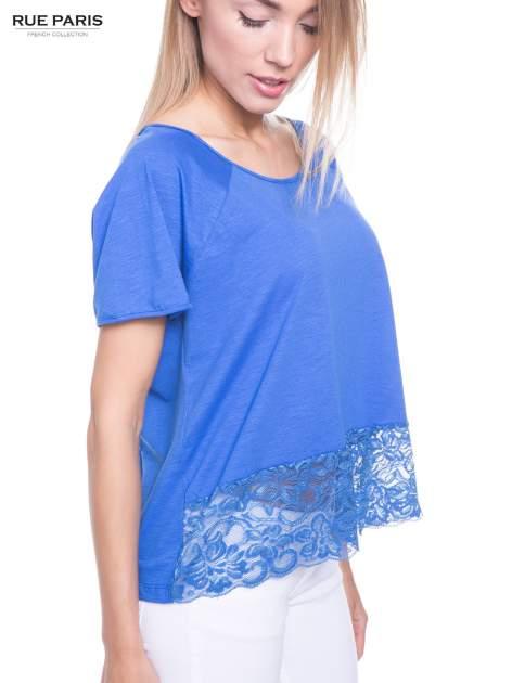Niebieski t-shirt z koronkowym dołem                                  zdj.                                  5