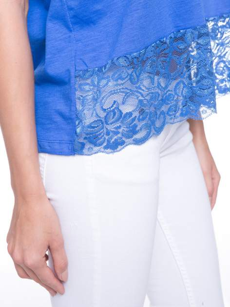 Niebieski t-shirt z koronkowym dołem                                  zdj.                                  6
