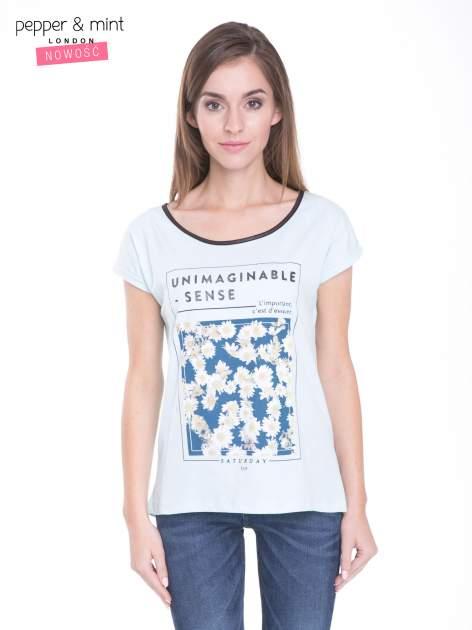 Niebieski t-shirt z kwiatowym nadrukiem i napisem UNIMAGINABLE SENSE