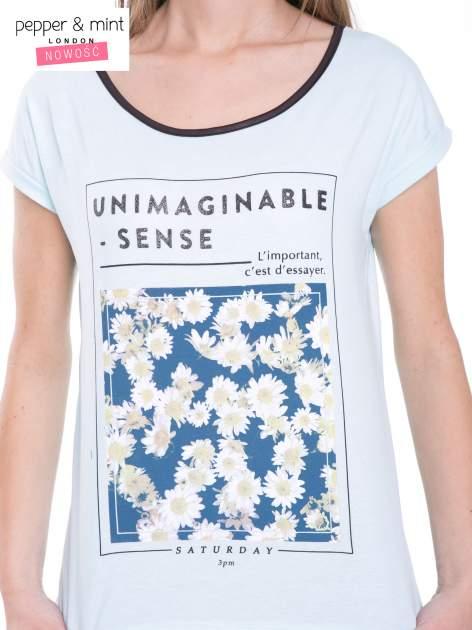 Niebieski t-shirt z kwiatowym nadrukiem i napisem UNIMAGINABLE SENSE                                  zdj.                                  6