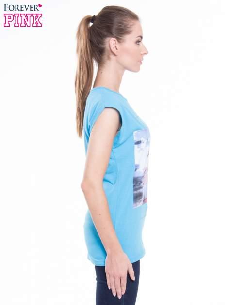 Niebieski t-shirt z nadrukiem FLAMINGO MOTEL                                  zdj.                                  2