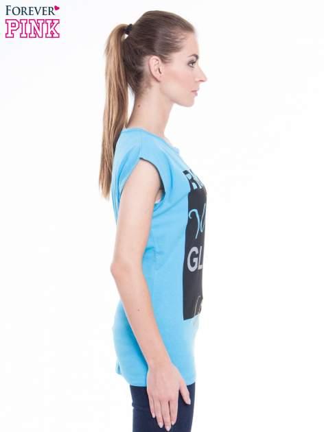 Niebieski t-shirt z nadrukiem tekstowym z efektem glitter                                  zdj.                                  2
