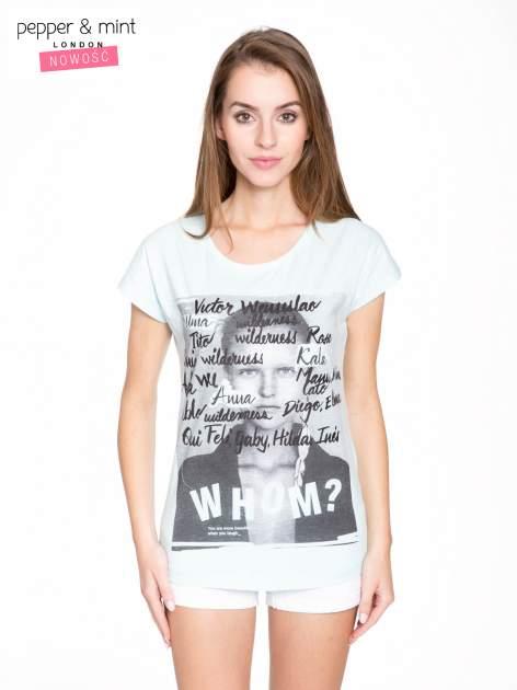 Niebieski t-shirt z nadrukiem twarzy i napisem WHOM?