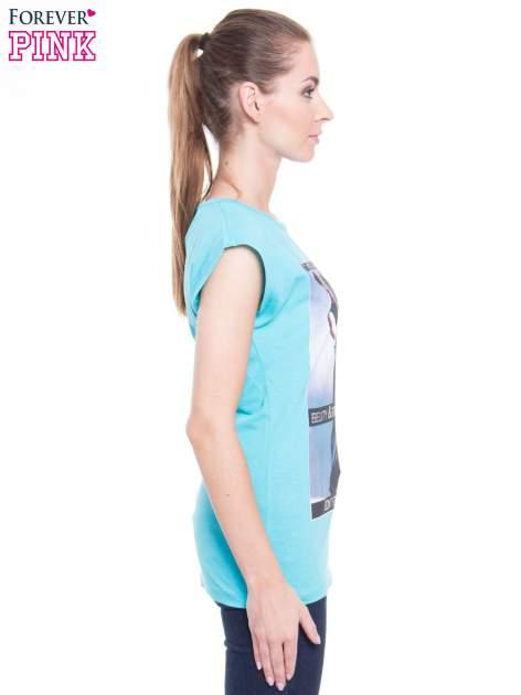 Niebieski t-shirt z nadrukiem w stylu high fashion                                  zdj.                                  2