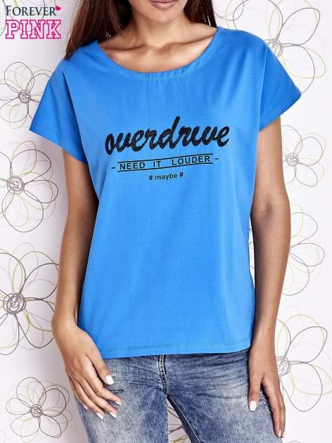 Niebieski t-shirt z napisem NEED IT LOUDER