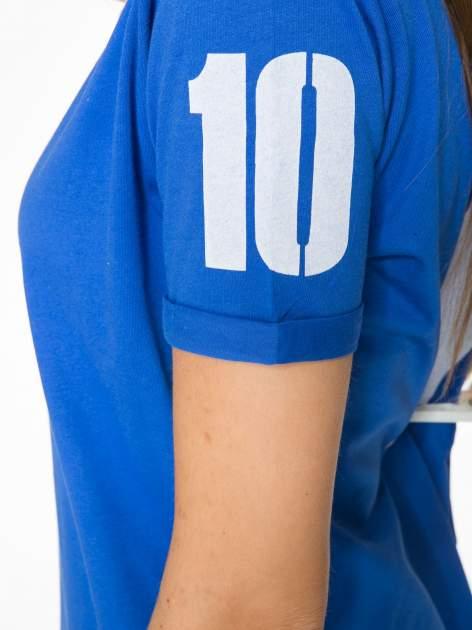 Niebieski t-shirt z numerkiem 10 na plecach i rękawie                                  zdj.                                  10