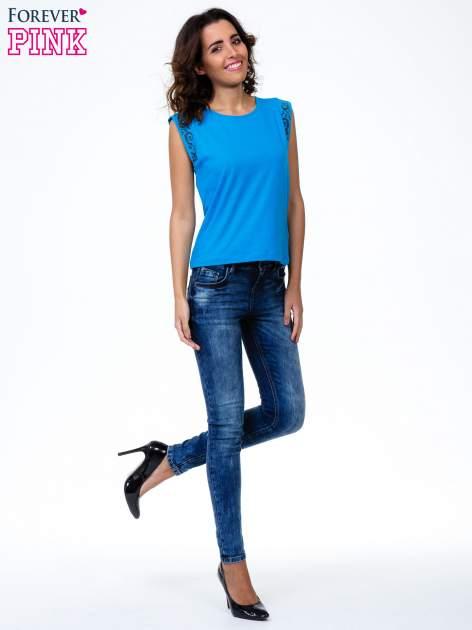 Niebieski t-shirt z ornamentem na rękawach                                  zdj.                                  7