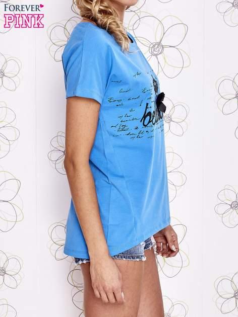 Niebieski t-shirt z ozdobnym napisem i kokardą                                  zdj.                                  3