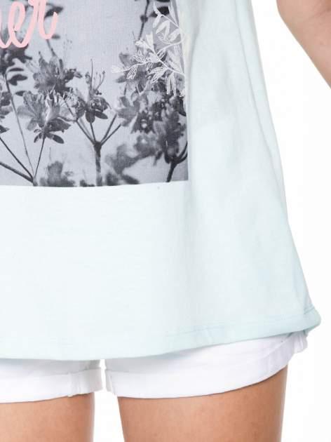 Niebieski t-shirt z romantycznym nadrukiem dziewczyny                                  zdj.                                  8