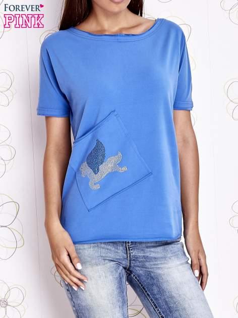Niebieski t-shirt z ukośną kieszenią i dżetami                                  zdj.                                  1