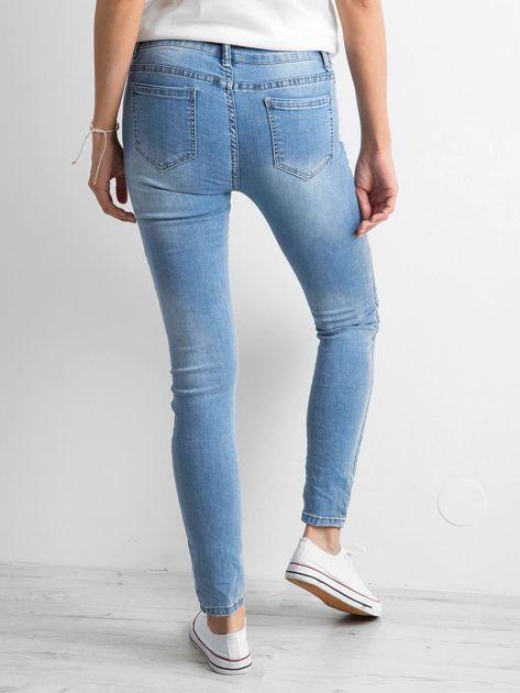 Niebieskie damskie jeansy regular z przetarciami                              zdj.                              2