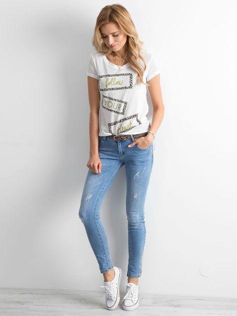Niebieskie damskie jeansy regular z przetarciami                              zdj.                              4