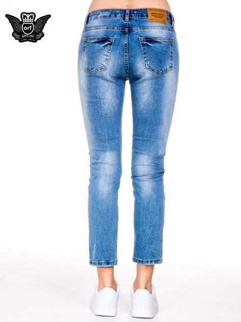 Niebieskie gniecione spodnie girlfriend jeans z dziurami                                  zdj.                                  5
