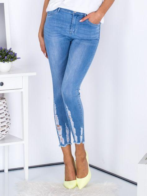 Niebieskie jeansowe rurki z rozdarciami na nogawkach                              zdj.                              1