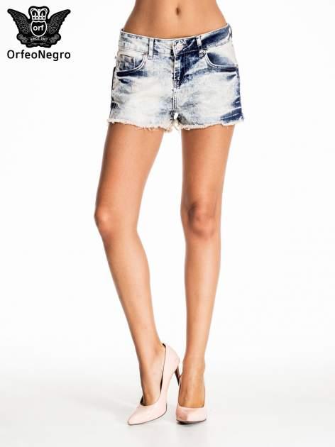 Niebieskie jeansowe szorty marmurki z poszarpaną nogawką                                  zdj.                                  1