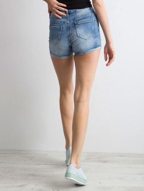 Niebieskie jeansowe szorty z nadrukami                              zdj.                              2