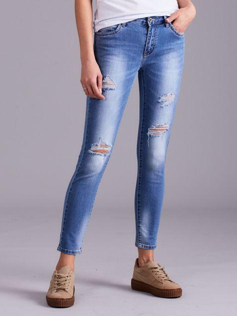Niebieskie jeansy damskie z przetarciami                              zdj.                              2