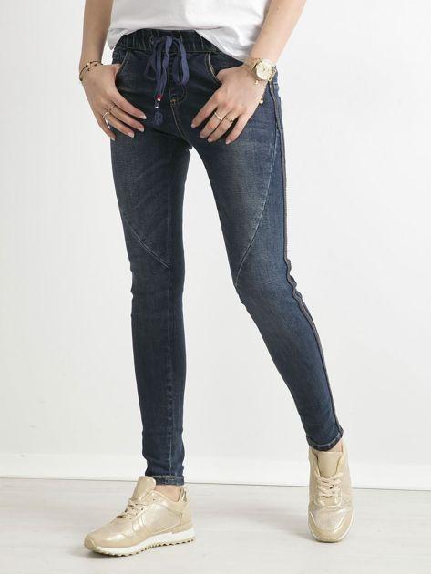Niebieskie jeansy z cekinowym lampasem                              zdj.                              1