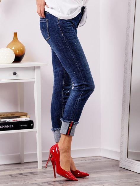 Niebieskie jeansy z podwijanymi nogawkami                              zdj.                              5
