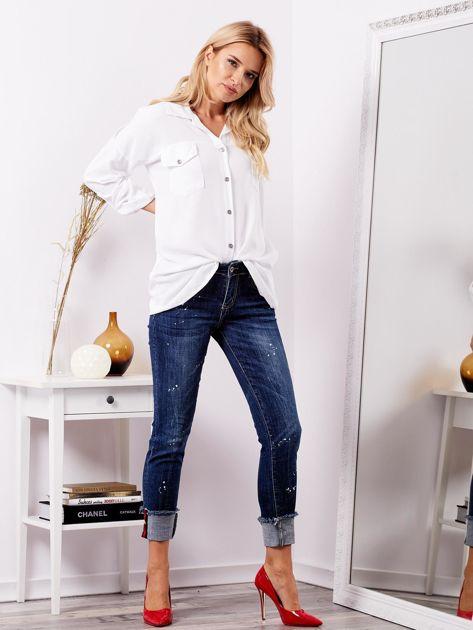 Niebieskie jeansy z podwijanymi nogawkami                              zdj.                              1