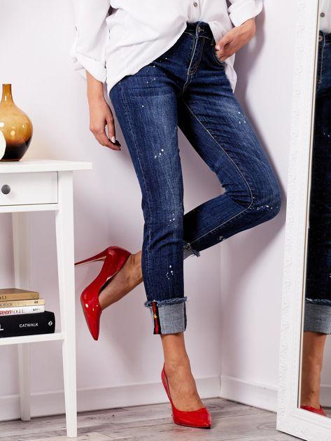 Niebieskie jeansy z podwijanymi nogawkami                              zdj.                              4