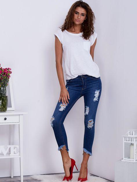 Niebieskie jeansy z wystrzępionymi nogawkami                                  zdj.                                  4