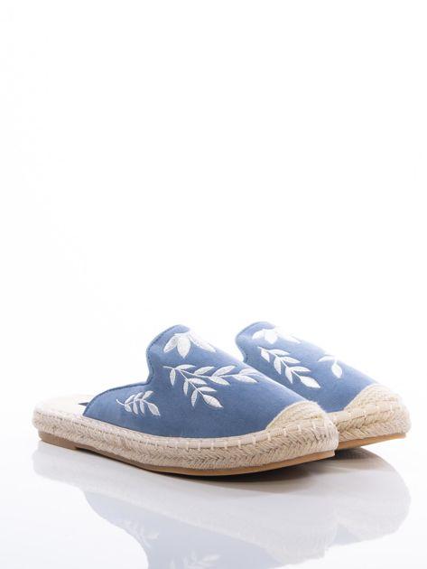 Niebieskie klapki z ecozamszu w haftowane wzory w kształcie roślin na przodzie cholewki                              zdj.                              2