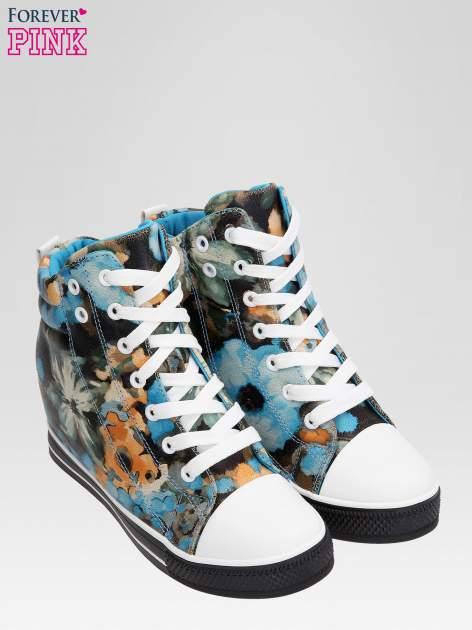 Niebieskie kwiatowe sneakersy                                  zdj.                                  6