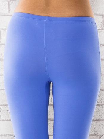 Niebieskie legginsy z dżetami na nogawkach                                  zdj.                                  5