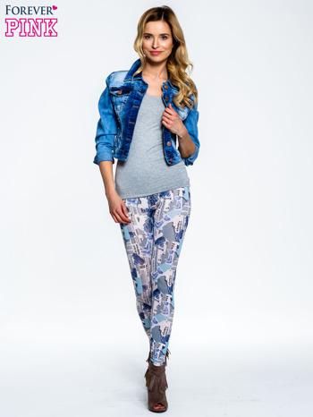 Niebieskie legginsy z motywem newspaper print                                  zdj.                                  7