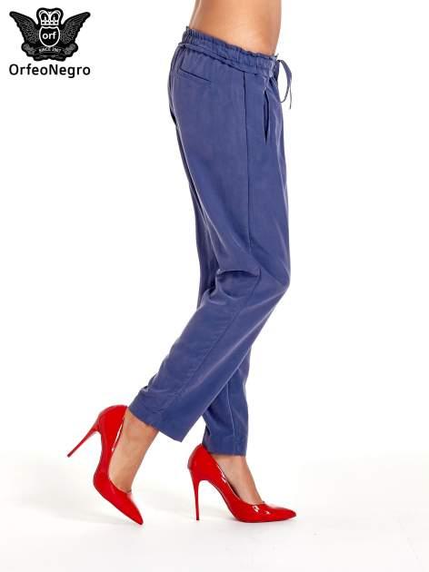 Niebieskie lejące spodnie wiązane w pasie                                  zdj.                                  3