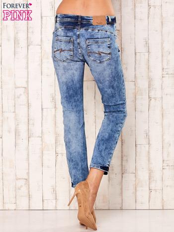 Niebieskie marmurkowe spodnie boyfriend jeans                                  zdj.                                  3