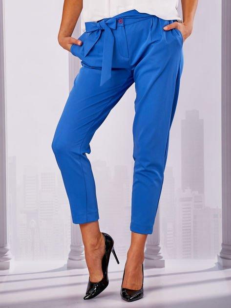 Niebieskie materiałowe spodnie z wiązaniem                                  zdj.                                  1