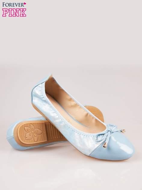 Niebieskie pikowane baleriny na gumkę z lakierowanym noskiem                                  zdj.                                  4
