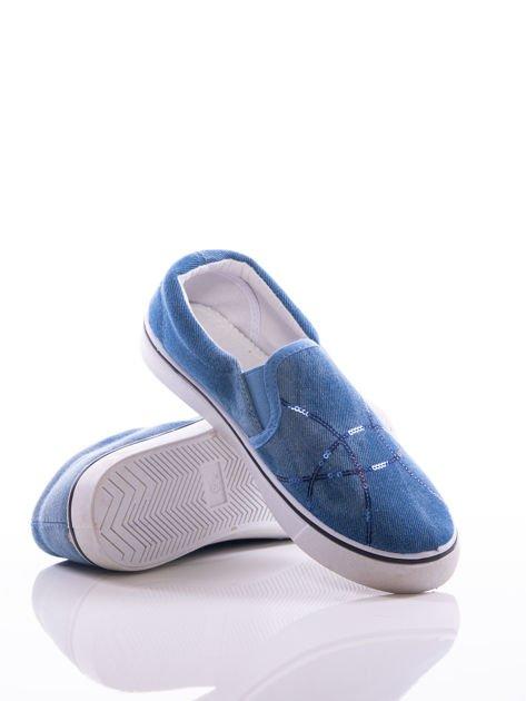 Niebieskie przecierane slipony z gumkami po bokach i mieniącymi się lamówkami na przodzie cholewki z cekinów                              zdj.                              4