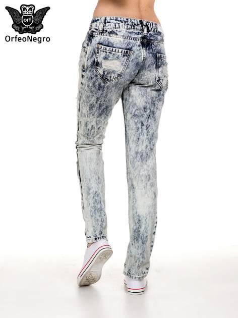 Niebieskie rozjaśniane spodnie jeansowe z przetarciami                                  zdj.                                  3