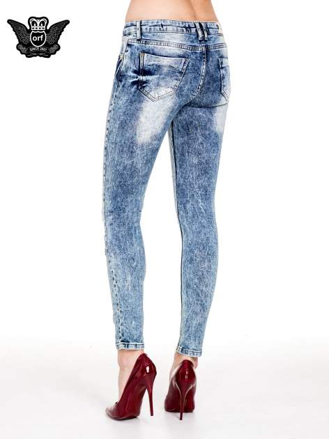 Niebieskie rurki jeansowe marmurki z fantazyjnymi rozdarciami                              zdj.                              2