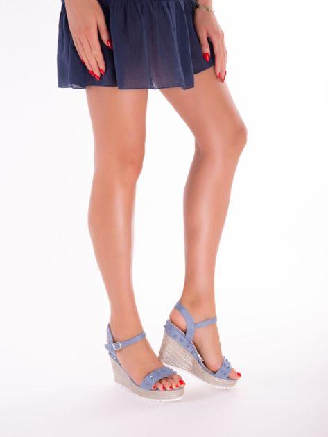 Niebieskie sandały na metalicznych koturnach z ćwiekami na przodzie                              zdj.                              6